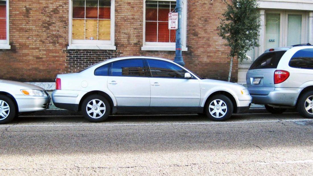 titulka-nejlepsi-parkovaci-manevry-jak-vyparkovat-z-tesneho-prostoru-na-frajera-1100x618.jpg