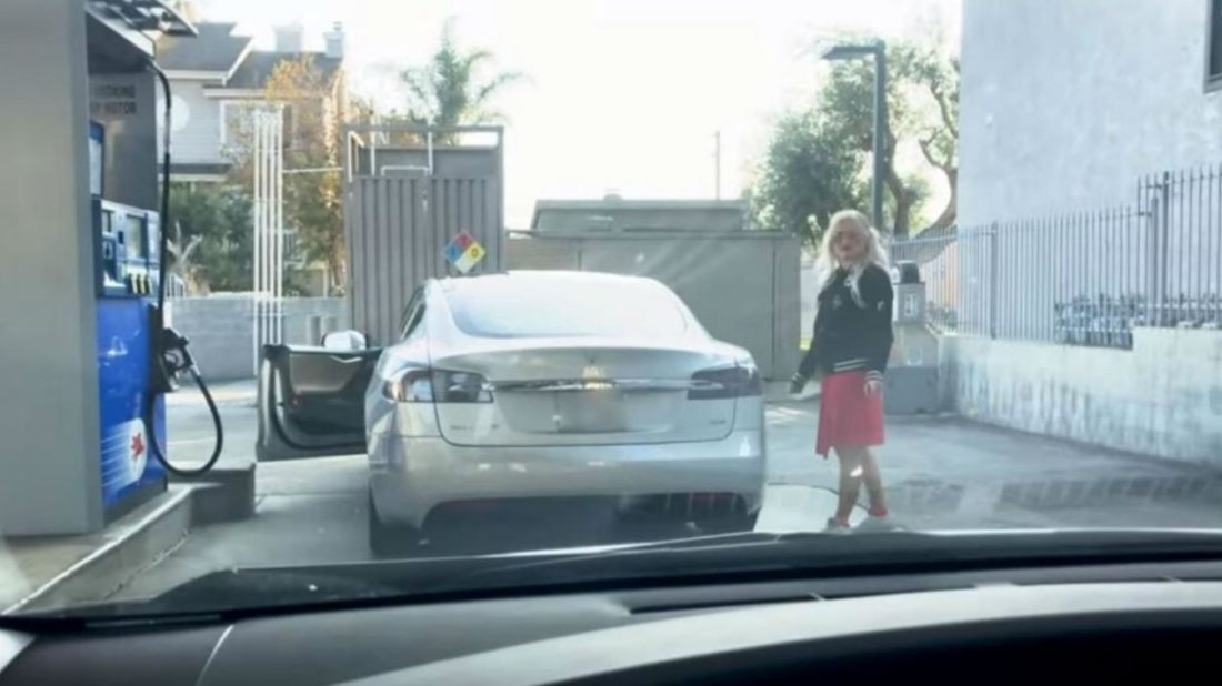 woman-tesla-fuel-electric-car-youtube-automedia-181218-1100x618.jpg