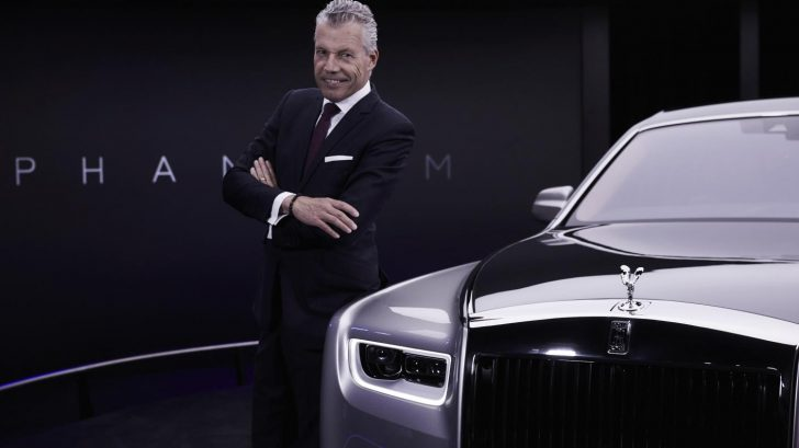 1.-torsten-mu╠eller-o╠etvo╠es-ceo-rolls-royce-motor-cars-next-to-new-phantom-728x409.jpg