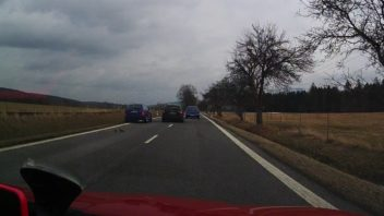 policie-patra-po-silenem-polakovi-ktery-ujel-od-vazne-nehody-kterou-zavinil-352x198.jpg