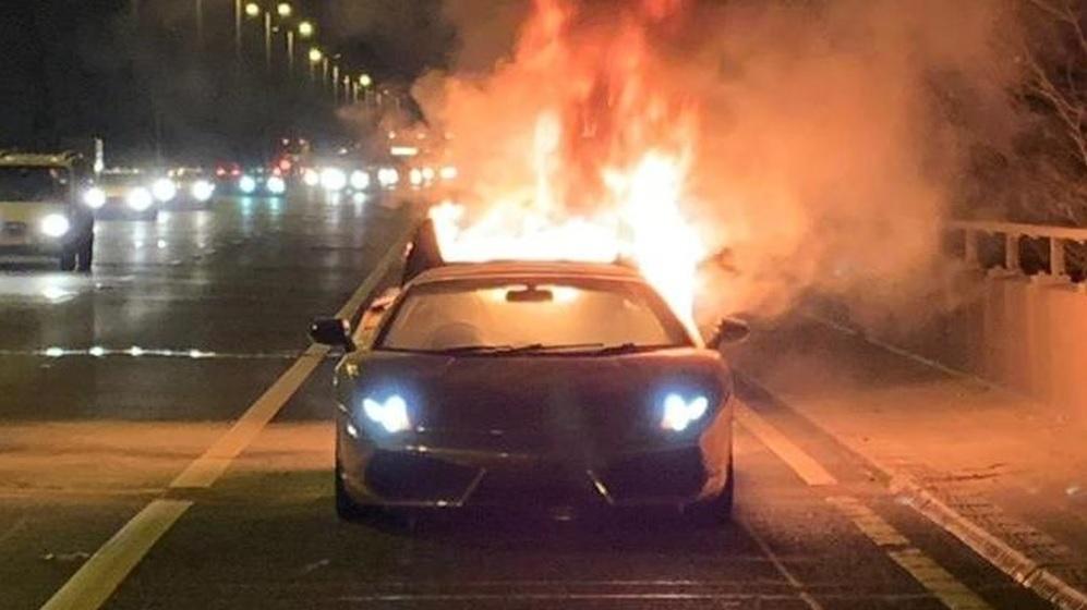 Vyzvedl si Lamborghini ze servisu aza pár minut úplně shořelo