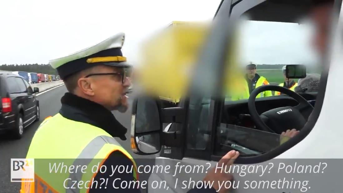 Drsné školení od německého policisty tihle dva kamioňáci nezapomenou