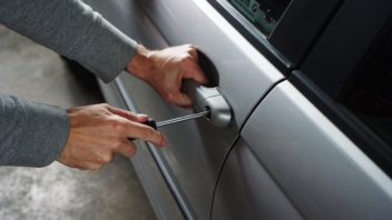 car_burglary_thief_burglar_break_into_screwdriver_car_thief_break_locks-545992-352x198.jpg