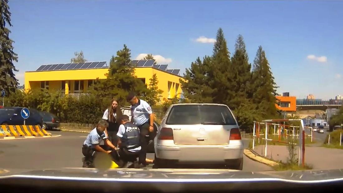 Opilý řidič naboural přímo do policie. Nadýchal tři promile anechtěl vystoupit