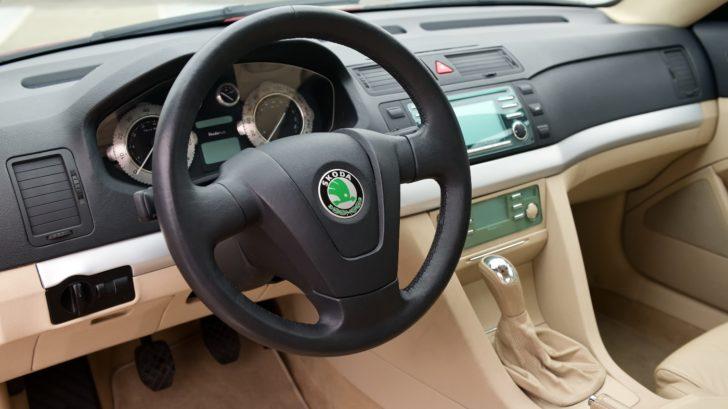 skoda-tudor-2002-interior-steering-wheel-728x409.jpg
