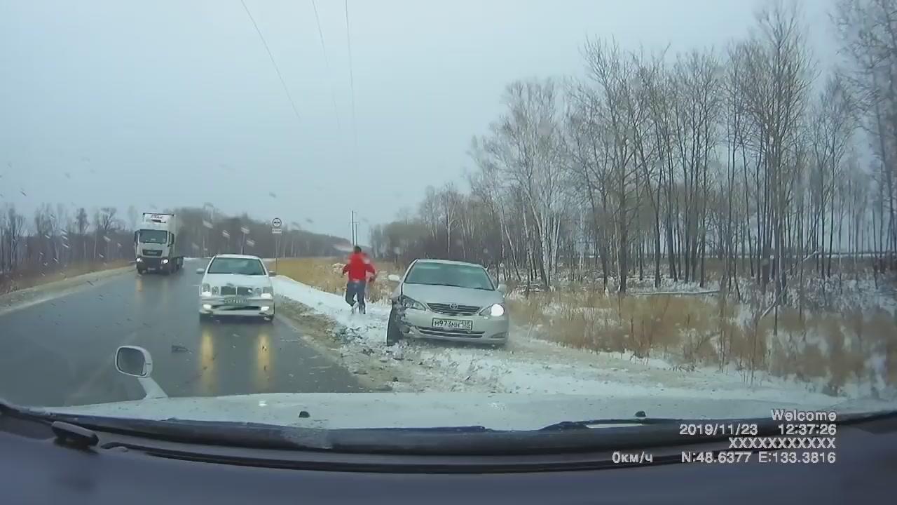 Silnice vypadala jen jako mokrá. Celá ale byla pod ledem