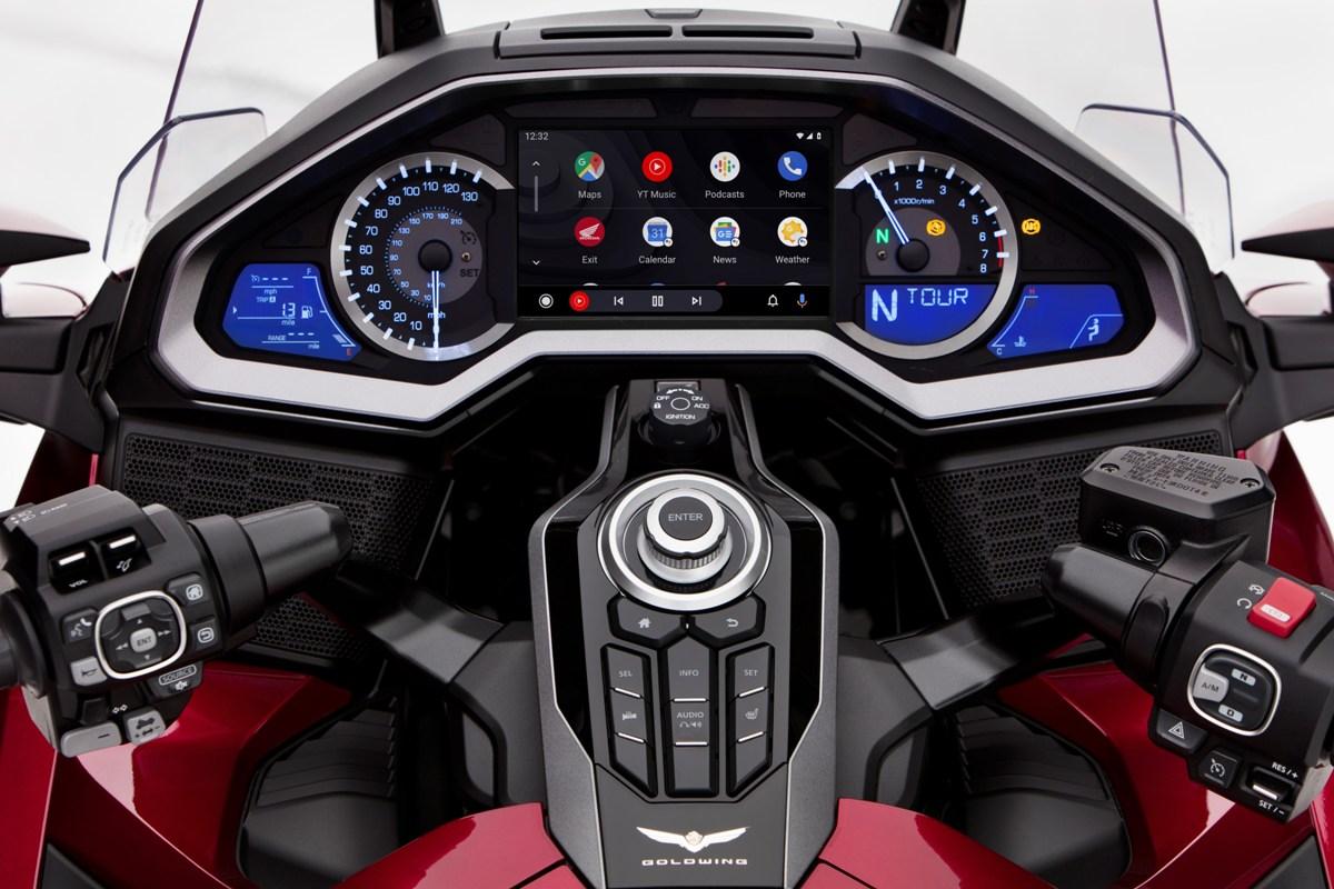 Už imotorky umějí Apple CarPlay aAndroid Auto. Zvlajkové lodi Hondy můžete třeba posílat SMS