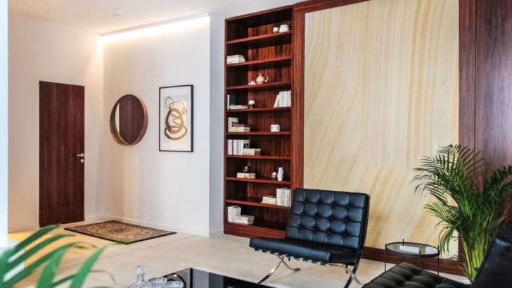 funkcionalisticke-apartma_vinyl-wineo-400-stone_dekor-harmony-stone-sandy_zdroj-studio-identity-design_1-728x409.jpg