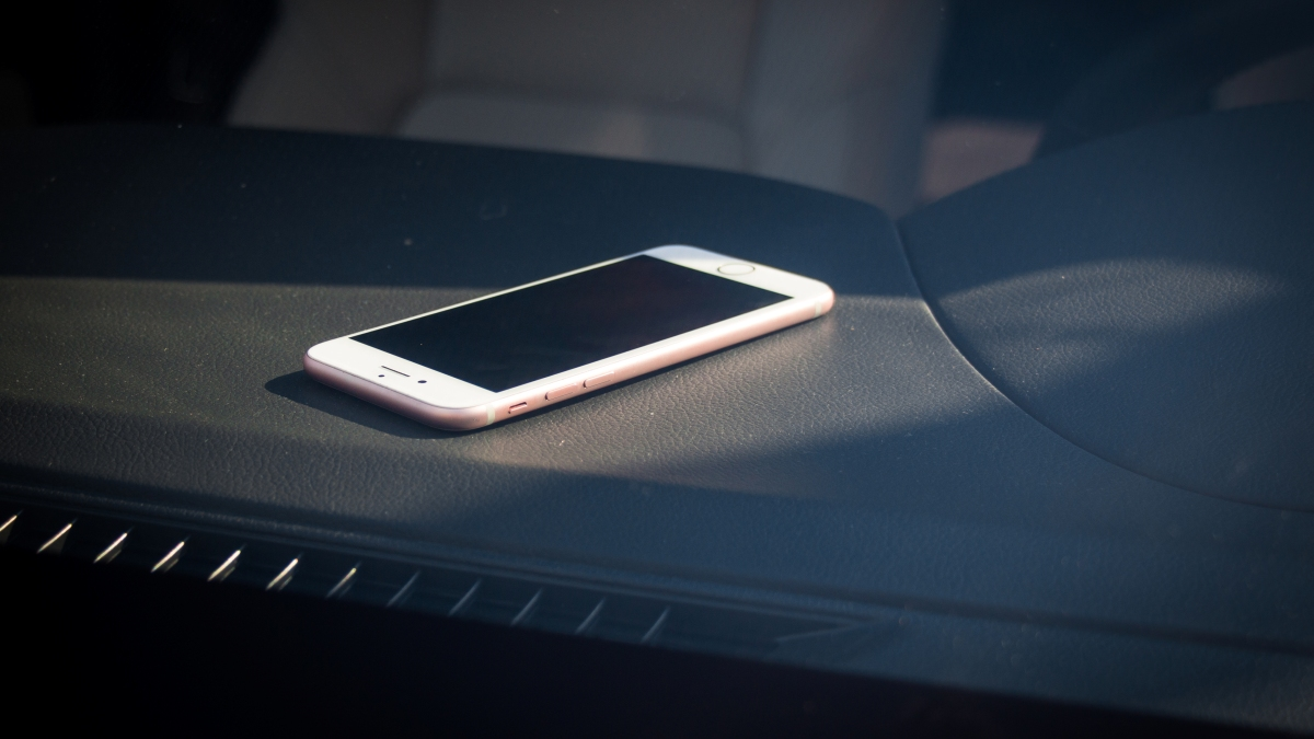 Mobilní telefon vautě jako výbušnina: Proč chránit elektroniku před vysokými teplotami?