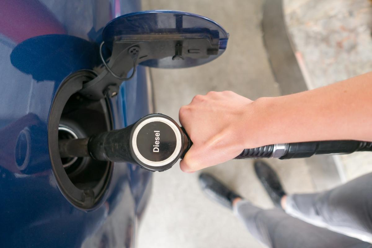 Chystá se snížení spotřební daně za naftu. Zlevnit by mohla odvě koruny