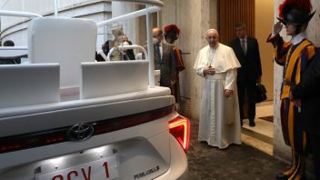 a-hydrogen-popemobile-for-his-holiness-pope-francis-10-352x198.jpg