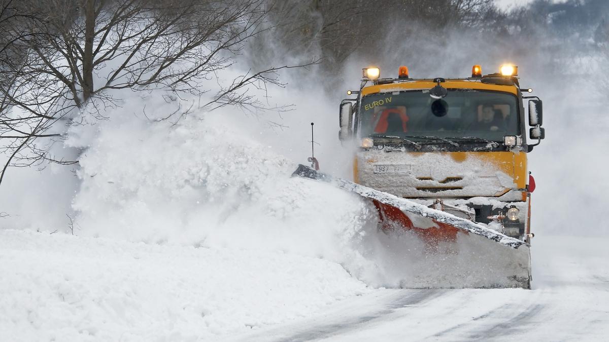Kolik stojí zimní údržba silnic? Za jeden kilometr byste měli auto