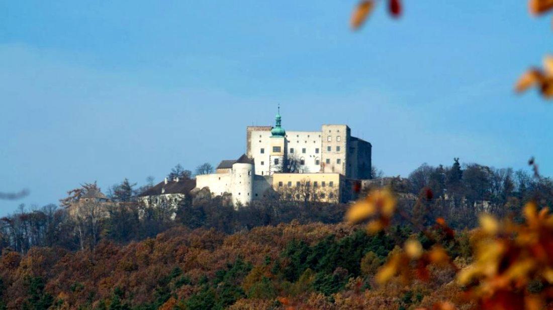 hrad-buchlov-podzim_foto-npu-kromeriz-1100x618.jpg