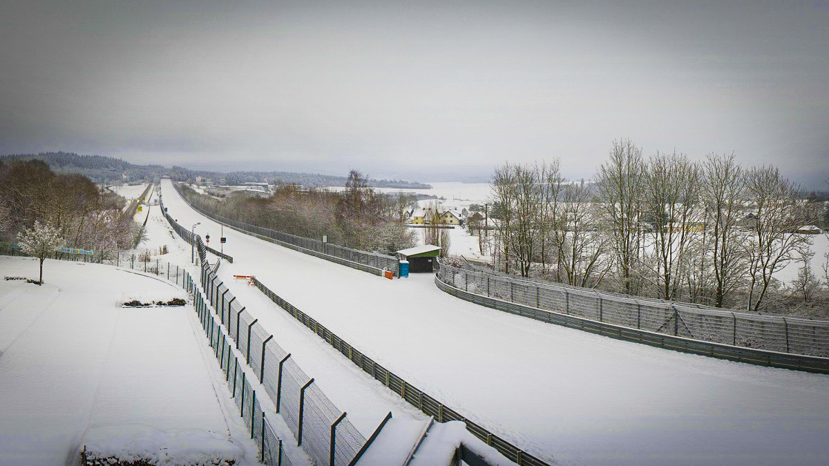 Na nejnebezpečnějším závodním okruhu světa jsme už viděli leccos, ale děti sáňkovat, to ještě ne